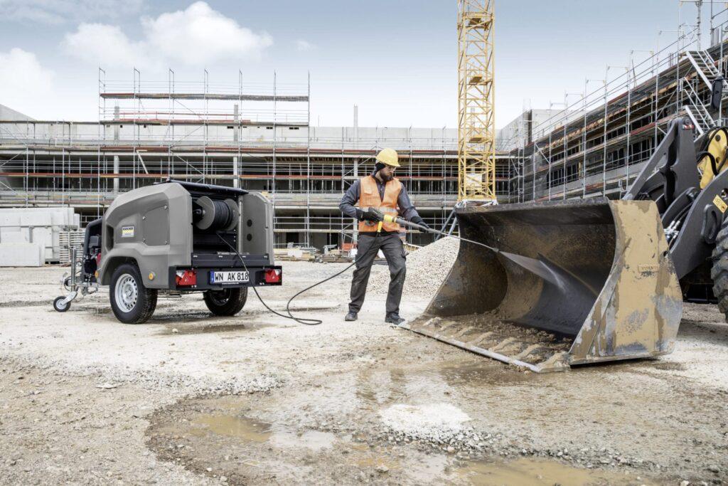 Kärchers nieuwe koudwater hogedrukreinigers in traileruitvoering reinigen autonoom en zijn ontworpen voor langdurig gebruik.