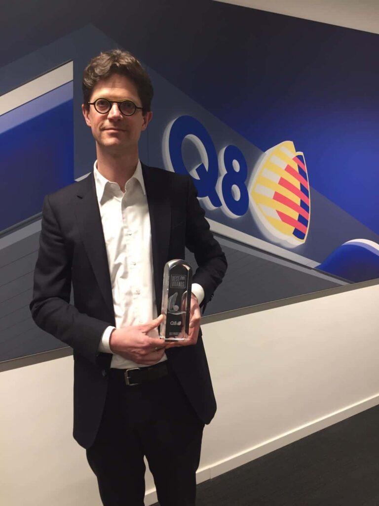 Q8 Marketing Manager Filip Willems met de Best Brand Award